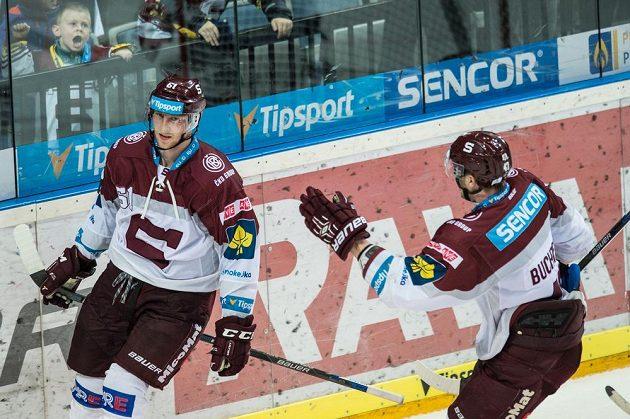 Útočník Sparty Praha Lukáš Klimek (vlevo) oslavuje svůj gól proti Pardubicím.