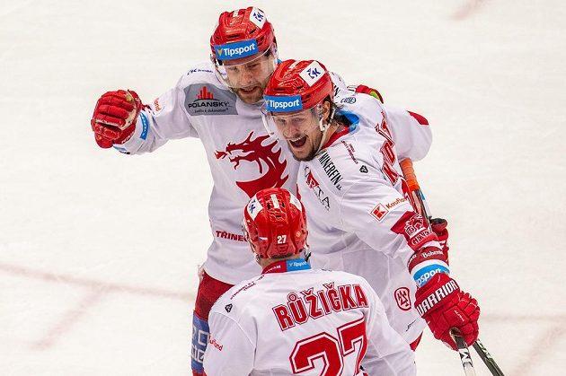 Zleva Tomáš Marcinko, Tomáš Kundrátek a Martin Růžička z Třince se radují z gólu.