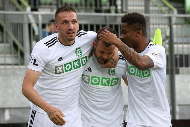 Karvinští fotbalisté se radují z úvodní branky. Zleva střelec gólu Dávid Guba, Lukáš Budínský a Adriel D Avila Ba Loua.