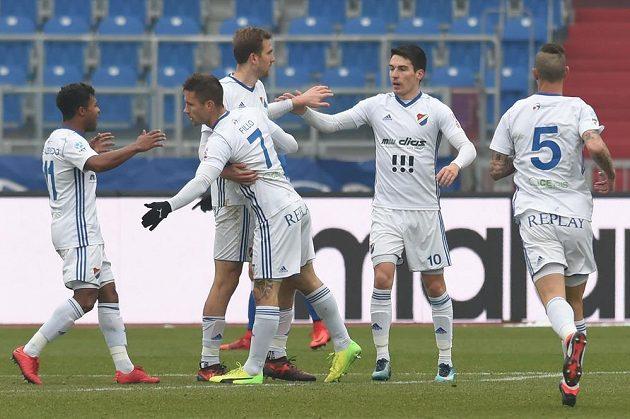 Hráči Baníku se radují z prvního gólu. Zleva Dyjan Carlos De Azevedo, Martin Fillo, Tomáš Poznar (autor branky), Robert Hrubý a Jiří Fleišman.