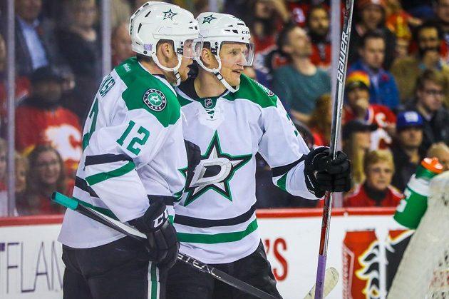 Radost hráčů Dallasu v Calgary: Lauri Korpikoski (38) a Radek Faksa (12).