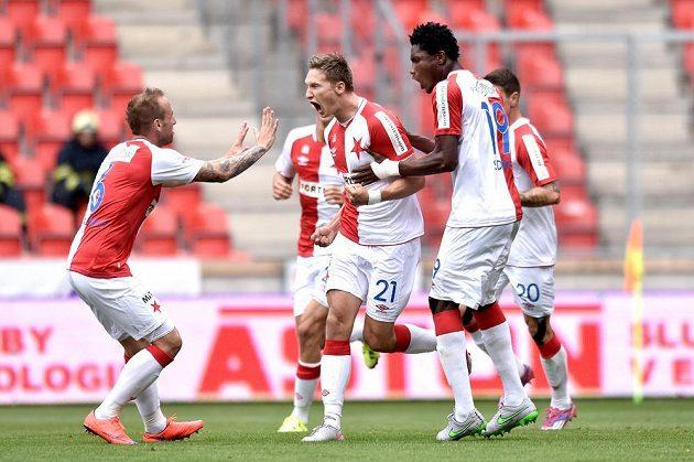 Slávistický útočník Milan Škoda (uprostřed), obránce Tomáš Jablonský (vlevo) a stoper Simon Deli oslavují gól na 1:1 v utkání s Libercem.