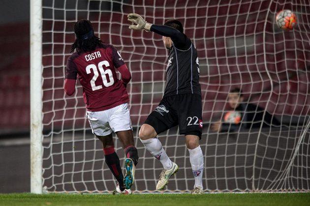 Obránce Sparty Praha Costa střílí gól na 1:0 během odvetného utkání osmifinále MOL Cupu proti Pardubicím.