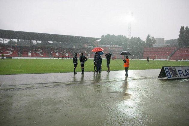 Duel 1. kola ePojisteni.cz ligy mezi Brnem a Slavií musel být kvůli podmáčenému hřišti odložen.