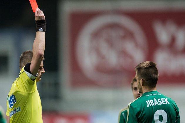 Rozhodčí Zbyněk Proske ukazuje červenou kartu Milanovi Jiráskovi z Bohemians během utkání s Mladou Boleslaví.