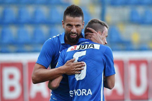 Jan Sýkora (vlevo) a Milan Baroš z Liberce se radují z gólu v odvetě proti Larnace.