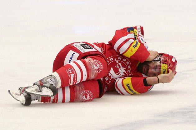 Třinecký útočník Zbyněk Irgl po zásahu pukem do hlavy v sedmém finále.