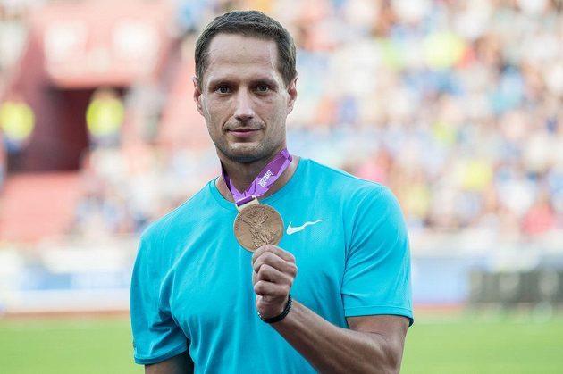 Oštěpař Vítězslav Veselý s bronzovou olympijskou medailí s LOH 2012 během atletického mítinku Zlatá tretra.