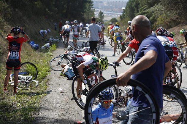 Některé závodnice mohly pokračovat v závodě, jiným to nedovolila bolest či rozbité kolo. Sáblikové praskl rám a nemohla řadit.