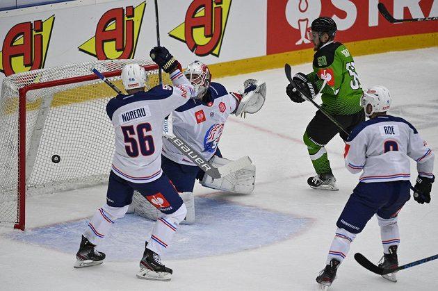 Adam Raška z Mladé Boleslavi střílí gól. Vlevo Maxim Noreau, brankář Ludovic Waeber a Garrett Roe z Curychu. Gól nebyl uznán.