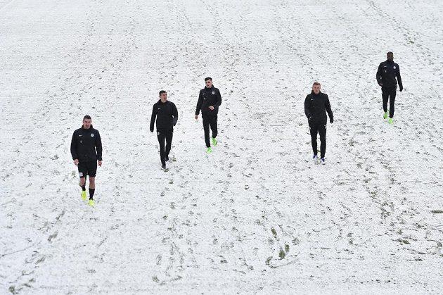 Hráči Příbrami před začátkem zápasu na zasněženém hřišti v Jablonci
