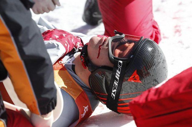 Zraněný ruský lyžař Pavel Trichičev po pádu v kombinačním sjezdu.