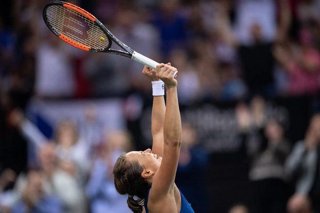 Barbora Strýcová oslavuje vítězství v zápase proti Sofii Keninové ve finále Fed Cupu.