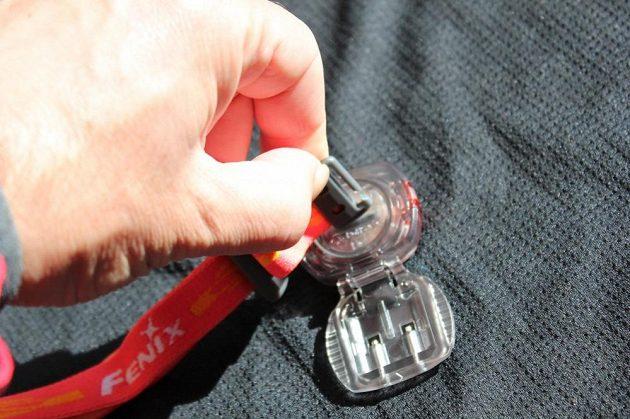 Fenix HL05: Čelenka ukrývá i šroubovák na výměnu baterií.
