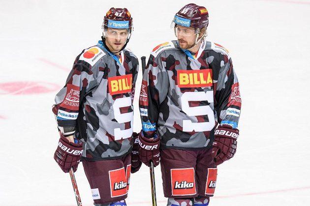Hokejisté Sparty Praha Jan Buchtele (vlevo) a Jan Švrček během extraligového utkání s Vítkovicemi.