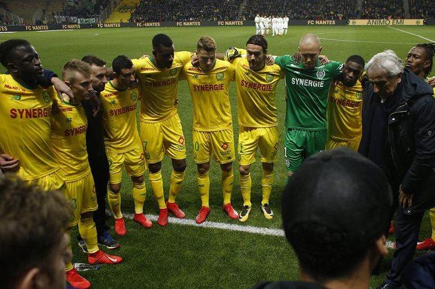 Slzy v Nantes. Fotbalisté tohoto francouzského klubu před zápasem vzdali hold svému bývalému spoluhráči Emilianu Salovi, který zmizel při leteckém neštěstí.