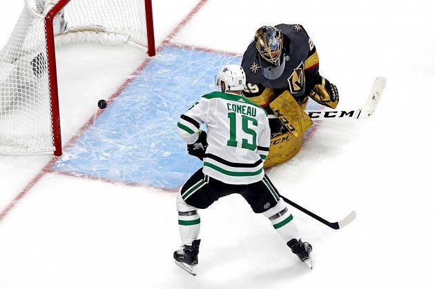 Klíčový moment zápasu play off NHL mezi Dallasem Stars a Vegas Golden Knights. Brankář Rytířů Marc-Andre Fleury inkasuje jediný gól utkání.