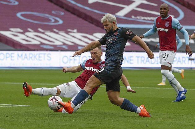 Vladimír Coufal v dresu West Hamu United se snaží zastavit Sergia Agüera z Manchesteru City.
