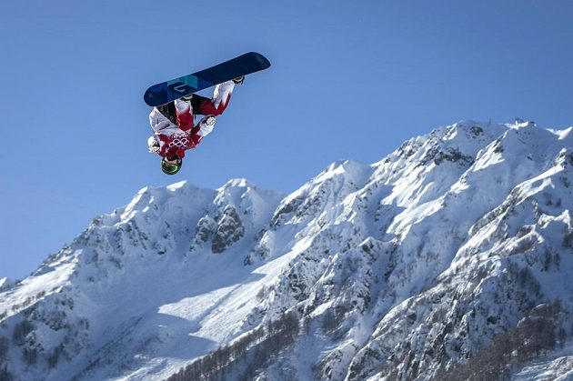 Kanadský snowboardista Charles Reid během tréninku na olympijský slopestyle.