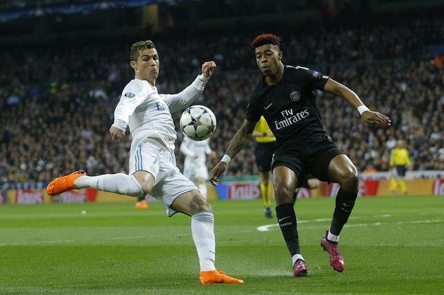 Cristiano Ronaldo (vlevo) z Realu a Presnel Kimpembe z PSG.