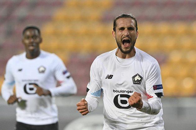 Zprava Yusuf Yazici z Lille se raduje z gólu, s gratulací spěchá jeho spoluhráč Jonathan David.