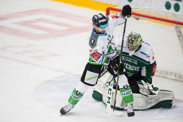 Mladoboleslavský útočník Jakub Klepiš se snaží překonat karlovarského brankáře Davida Honzíka v zápase 21. kola hokejové Tipsport extraligy.