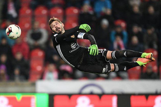 Gólman Dukly Filip Rada plachtil při druhém gólu Slavie vzduchem marně.