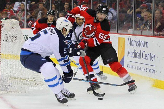 Jaromír Jágr (vpravo) zaměstnával obranu Winnipegu nejvíce, Pavelce ale překonat nedokázal.
