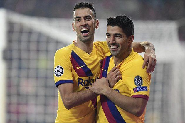 Zleva Sergio Busquets a střelec branky Luis Suárez se radují z druhého gólu Barcelony proti Slavii.