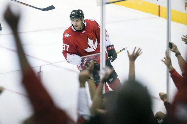 Patrice Bergeron si užívá ovace kanadských diváků při utkání s Českem na Světovém poháru.