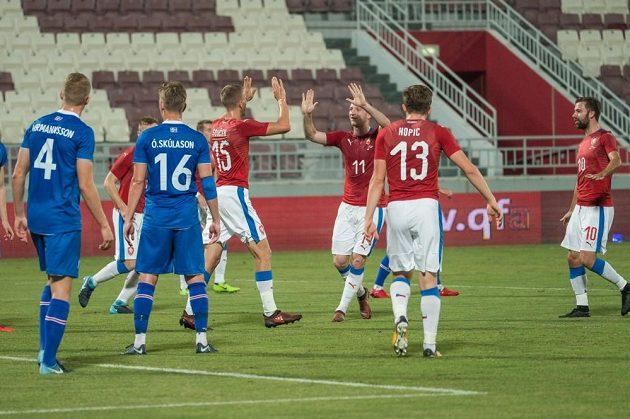 Michael Krmenčík gratuluje ke gólu Tomáši Součkovi.