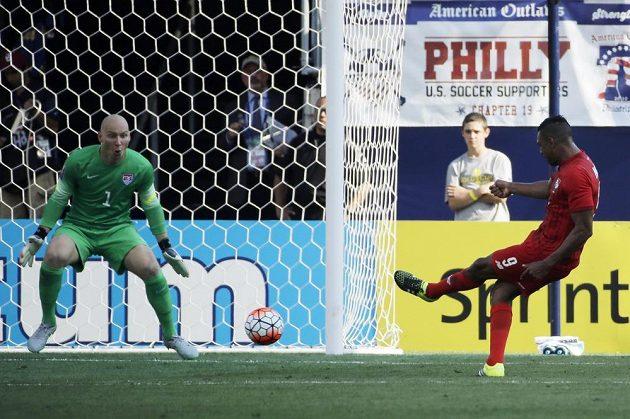 Útočník Panamy Roberto Nurse střílí první gól zápasu o třetí místo na Zlatém poháru.