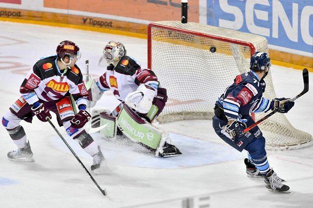 Jakub Valský z Liberce (vpravo) střílí gól