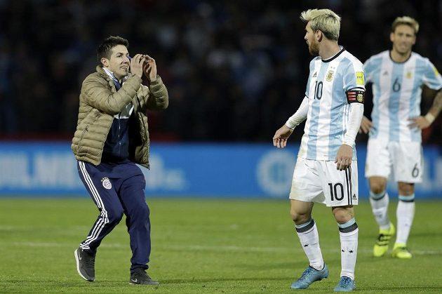 Překvapivý moment nejen pro Lionela Messiho při kvalifikačním utkání Argentina - Uruguay.