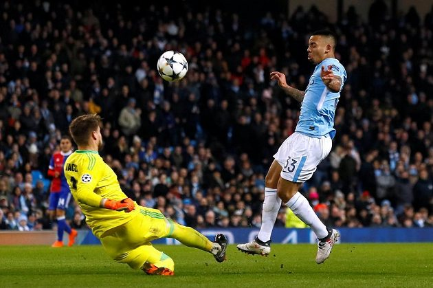 Gabriel Jesus z Manchesteru City proti brankáři Tomáši Vaclíkovi z Basileje v odvetě osmifinále Ligy mistrů.