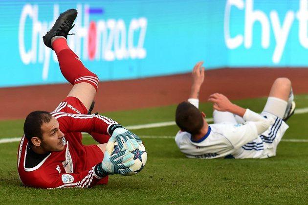 Brankář Mladé Boleslavi Kamran Agajev tentokrát před Bronislavem Stáňou z Baníku zasáhl. V závěru se ale nechal vyloučit a středočeskému týmu zavařil.