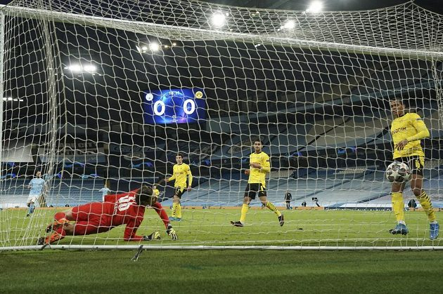 Fotbalisté Dortmundu inkasují gól v duelu Ligy mistrů na stadionu Manchesteru City.