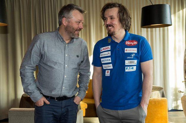 Lyžař Ondřej Bank (vpravo) s bratrem Tomášem během tiskové konference.