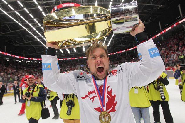 S Masarykovým pohárem pro vítěze extraligy jásá třinecký útočník Jiří Polanský.