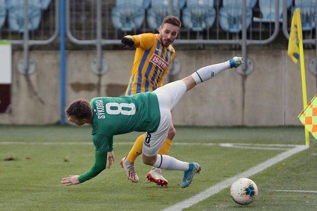 Zleva Jan Sýkora z Jablonce, Karol Mondek z Opavy v utkání 19. kola nejvyšší fotbalové soutěže.