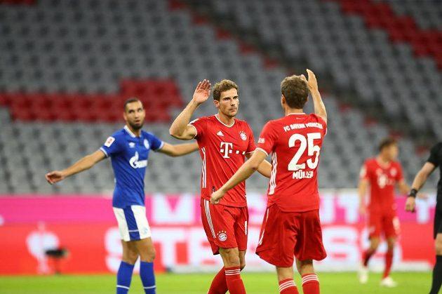 Radost fotbalistů Bayernu Mnichov v utkání proti Schalke.