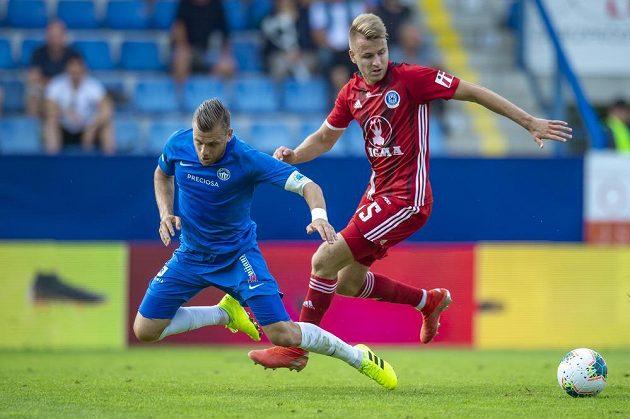 Radim Breite (vlevo) z Liberce a Ondřej Zmrzlý z Olomouce v akci během utkání 4. kola první fotbalové ligy.