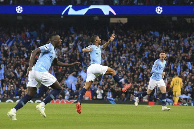 Fotbalista Manchesteru City Raheem Sterling (uprostřed) se raduje se svými spoluhráči z úvordní trefy proti Tottenhamu v odvetě čtvrtfinále Ligy mistrů.