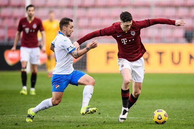 Adam Jánoš z Baníku Ostrava a Ladislav Krejčí ze Sparty během utkání osmifinále MOL Cupu.