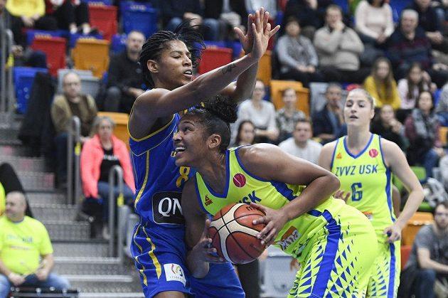 Basketbalistka Céleste Trahanová-Davisová z Braine se snaží bránit hráčku USK Alyssu Thomasovouv utkání Evropské ligy.
