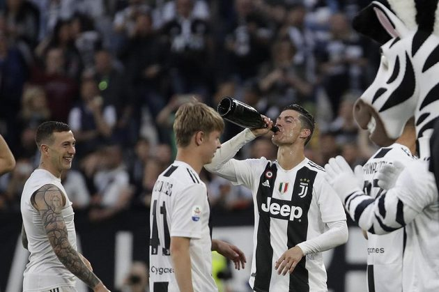 Juventus slaví mistrovský titul. Šampaňské na oslavu chutnalo i Cristianu Ronaldovi.