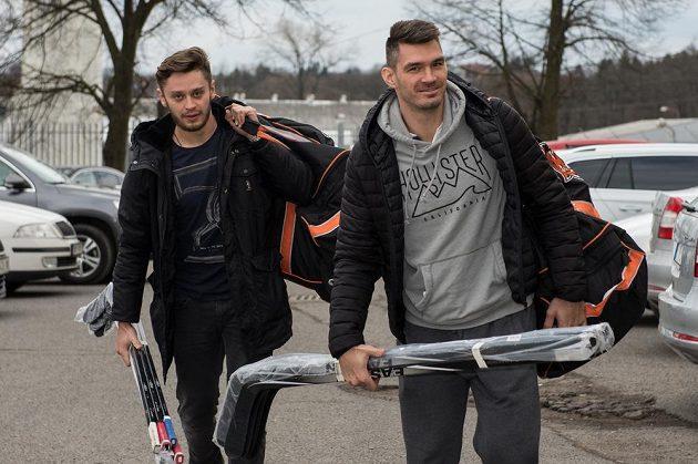 Obránce Jan Kolář (vpředu) a útočník Tomáš Zohorna přicházejí na kemp hokejové reprezentace ve Velkých Popovicích.