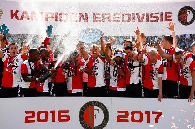 Dirk Kuijt (uprostřed) s kapitánskou pásku zvedá nad hlavu vysněnou trofej.