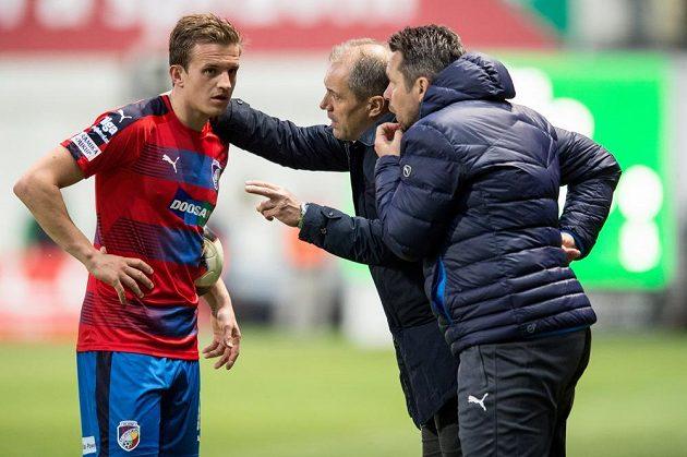 Plzeňský záložník Jan Kopic, trenér Roman Pivarník a asistent Pavel Horváth během utkání v Ďolíčku.