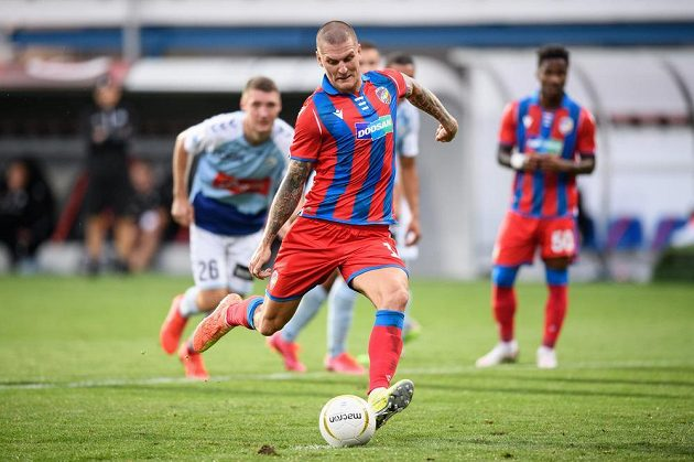 Zdeněk Ondrášek z Viktorie Plzeň proměňuje penaltu během utkání 3. předkola Evropské ligy Viktoria Plzeň - Sönderjyske.